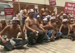 अर्धनग्न होकर किया प्रदर्शन, केन्द्र सरकार के खिलाफ नारेबाजी