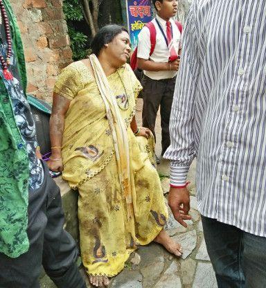 लक्ष्मीपुर रोड में हादसा, बाल-बाल बची तीन जिंदगी
