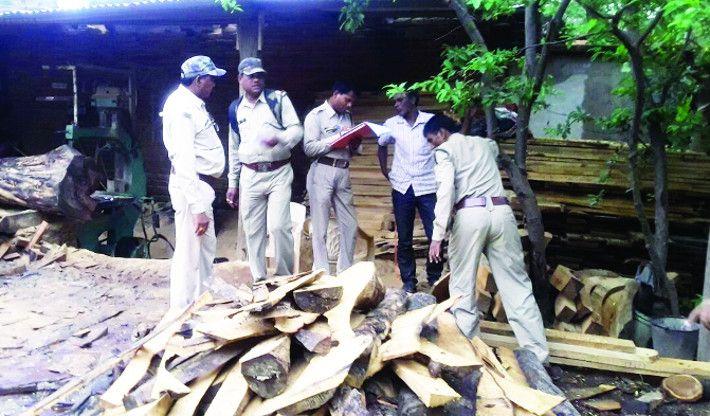 अवैध आरामिल में वन विभाग का छापा, लाखों की इमारती लकड़ी जब्त