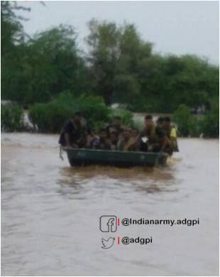 बाढ़ में जान पर खेलकर लोगों को बचा रहे जवान, तस्वीरें