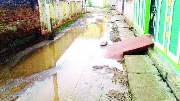 पानी निकासी की नहीं है व्यवस्था, जल जमाव से लोग परेशान