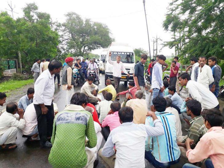 बिजली समस्या से नाराज ग्रामीणों ने बरसते पानी में बिलकिसगंज मार्ग पर लगाया जाम