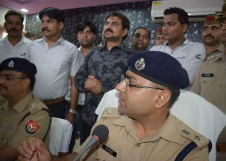 पुलिस और मीडिया के सामने इस तरह गिड़गिड़ाया उद्योगपति, देखें वीडियो