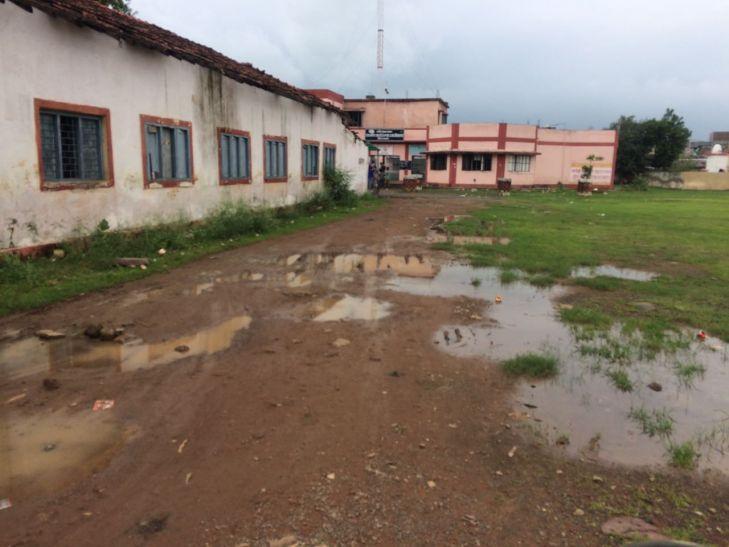 स्कूलों के आसपास भरा है गंदा पानी