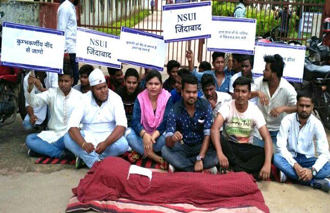 घण्टी बजाकर कुलपति को नींद से जगाने का किया प्रदर्शन, कॉलेज के सामने जुटे छात्रनेता