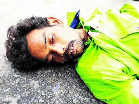 नशे में धुत बाइक चालक गिरा, एक की मौत