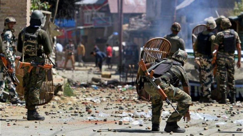 कश्मीर के पुलवामा में मुठभेड़, सुरक्षाबलों ने 2 आतंकियों को मार गिराया