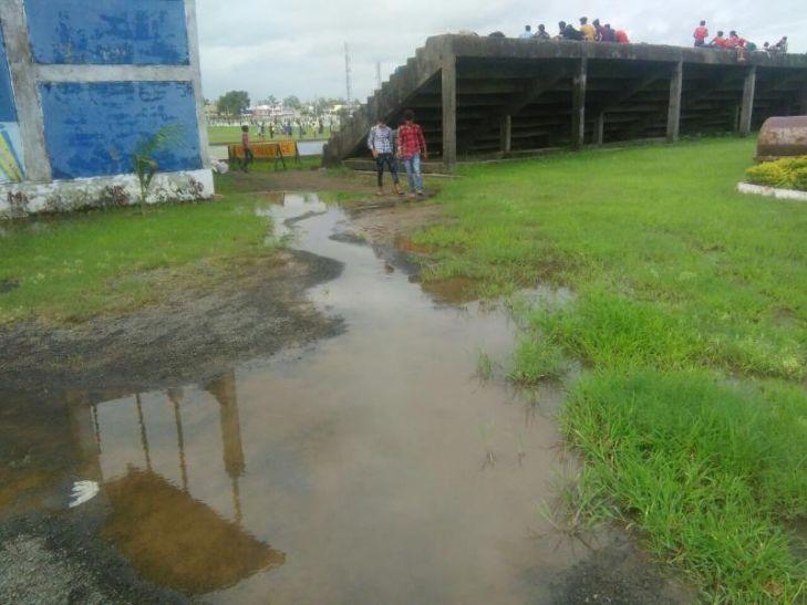 खेल स्टेडियम के मैदान में भराया पानी