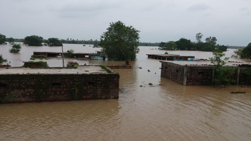 जहां खेले-कूदे बड़े हुए, आंखों के सामने पानी में समा गए वो गांव