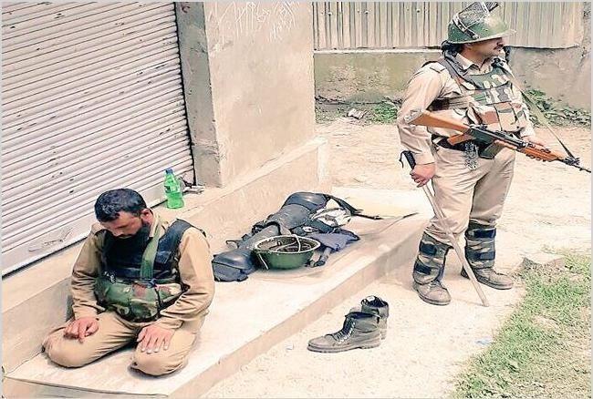कश्मीर: नमाज पढ़ते पुलिसकर्मी की सुरक्षा करता रहा CRPF जवान, तस्वीरें वायरल