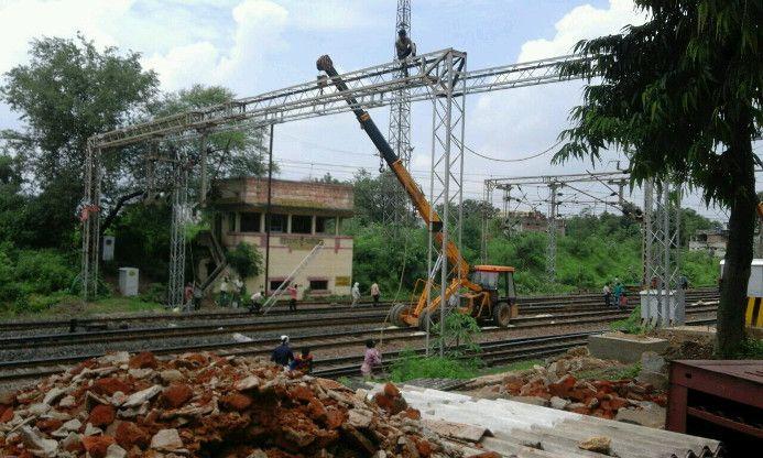 तीसरी रेल लाइन में परेशानी, बदला गया यार्ड का ओएचई पोर्टल