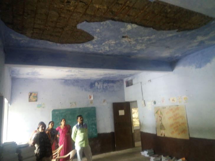 बच्चों की जान खतरे में : स्कूल के नए भवन की छत का प्लास्टर भरभराकर गिरा, बड़ा हादसा टला