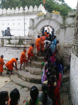 सावन के चौथे सोमवार पर मंदिरों में श्रद्धालुओं की भीड़