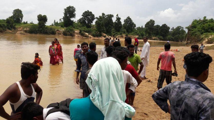 Video- दो भाइयों को डूबता देख, बचाने गए दो साथी भी नदी की धार में बहे
