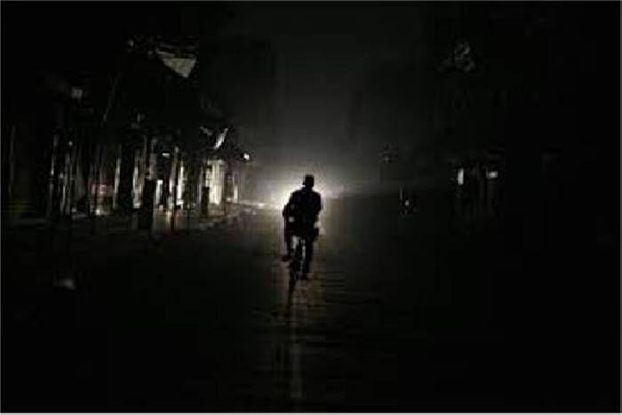 योगी सरकार का 24 घंटे बिजली देने का दावा फेल, ट्रांसफर्मर नहीं होने से अंधेरे में डूबे हैं कई मुहल्ले