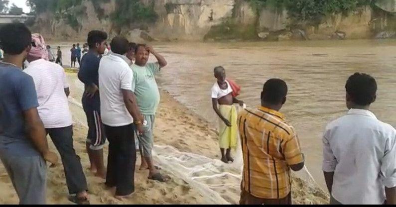 Video-प्रशासन के रेसक्यू से नाराज ग्रामीण तीन बच्चों को तलाशने खुद ही उतरे नदी में