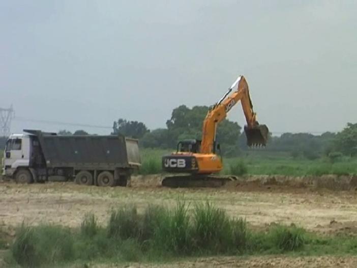 योगी राज में जारी है लैंड माफिया का आंतक, रेलवे काॅरीडोर के निर्माण में खुलेआम अवैध खनन