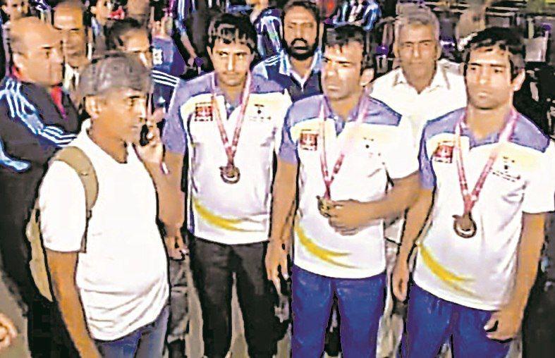 खेल मंत्रालय की बेरुखी से नाराज दिव्यांग ओलंपिक विजेताओं ने एयरपोर्ट पर दिया धरना