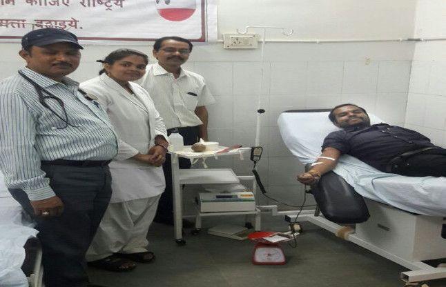 मरीज की तबियत बिगड़ी तो स्वास्थ्यकर्मी ने ही दिया खून, बचा ली जान