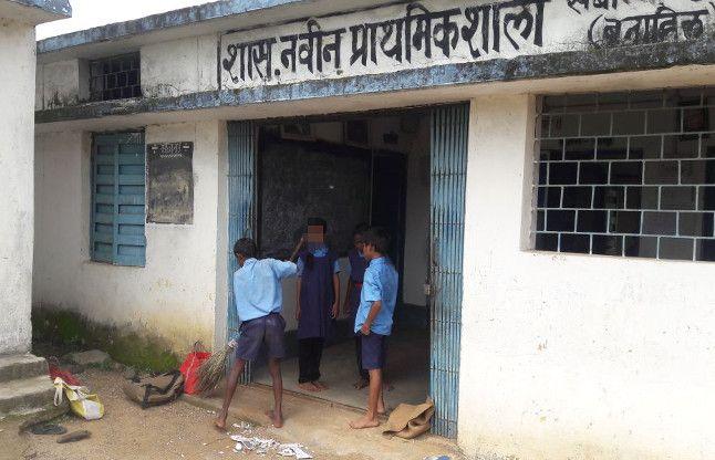 स्कूल खुलने के पहले बच्चे खुद ही करते हैं सफाई, ऐसा है सरकारी स्कूलों का हाल