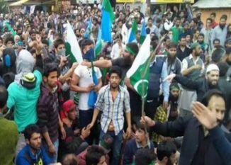 कश्मीर में फिर लहराए पाकिस्तान के झंडे, पुलिस से झड़प