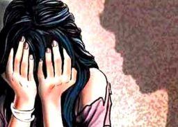 युवक ने महिला के साथ मोबाइल पर की अश्लीलता