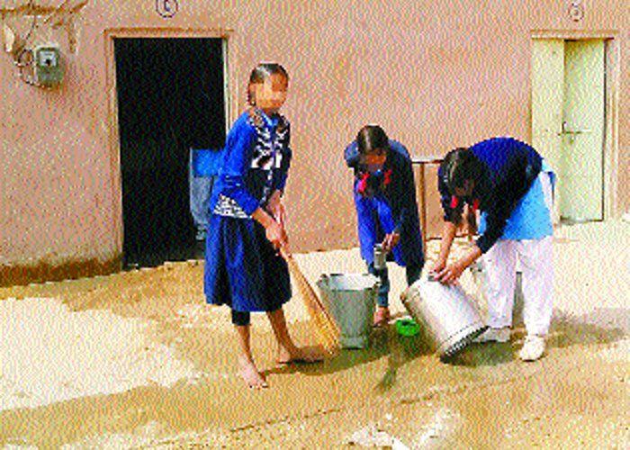बर्तन मांजते और झाडू लगाती मिलीं छात्राएं
