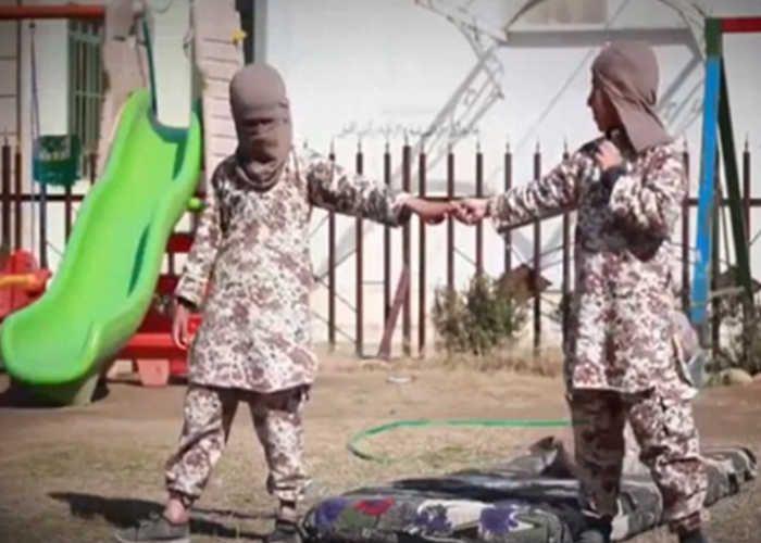 VIDEO: अनाथ मासूमों को ट्रेनिंग देकर आत्मघाती हमलावर बना रहा है ISIS