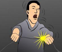 बिजली का जबरदस्त झटका-एक कर्मचारी लटका रहा 4 मिनट तक, दूसरा चिपक गया पोल से