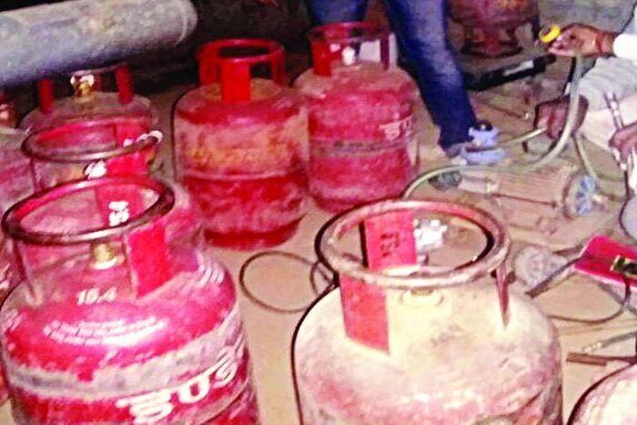 भरतपुर में सीआईयू टीम ने पकड़ा गैस रिफलिंग का गोरखधंधा