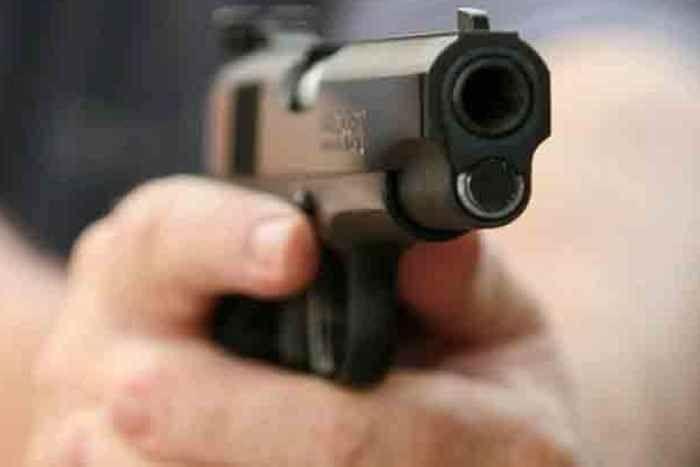 बंदूक के जोर पर 3 लाख 62 हजार लूटे