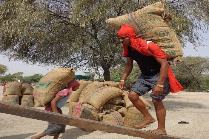 विश्व मजदूर दिवस : रोज कमाकर खाना, यही नसीब है अपना