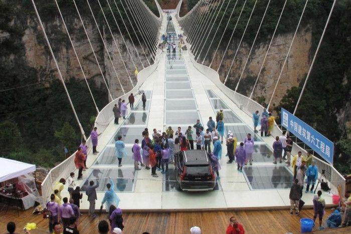 चीनः विश्व के सबसे बड़े कांच के पुल से गुजरा ट्रक,  जुलाई में किया जाएगा उद्घाटन