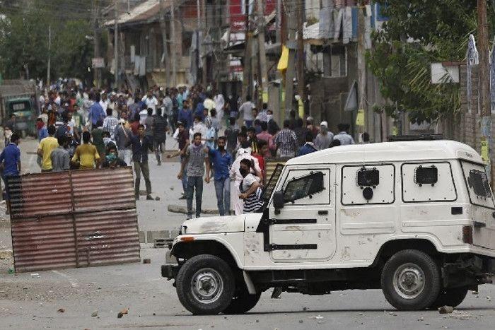 spotlight: कश्मीर में अखबारों से किसे डर लगता है?