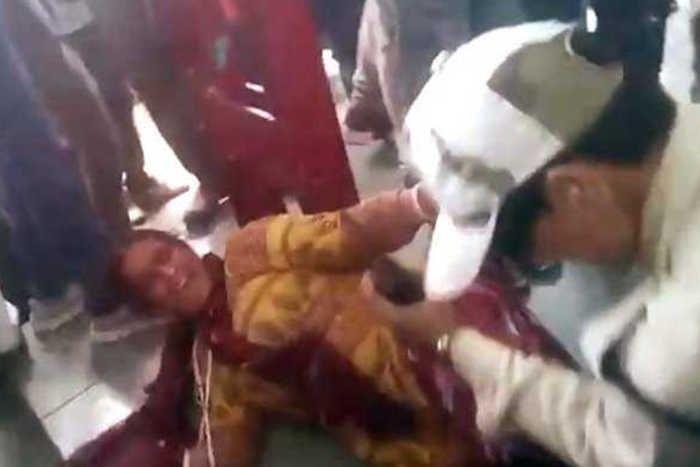 बीफ के शक में गौरक्षकों ने मुस्लिम महिलाओं को सरेआम पीटा, बनाया गया VIDEO