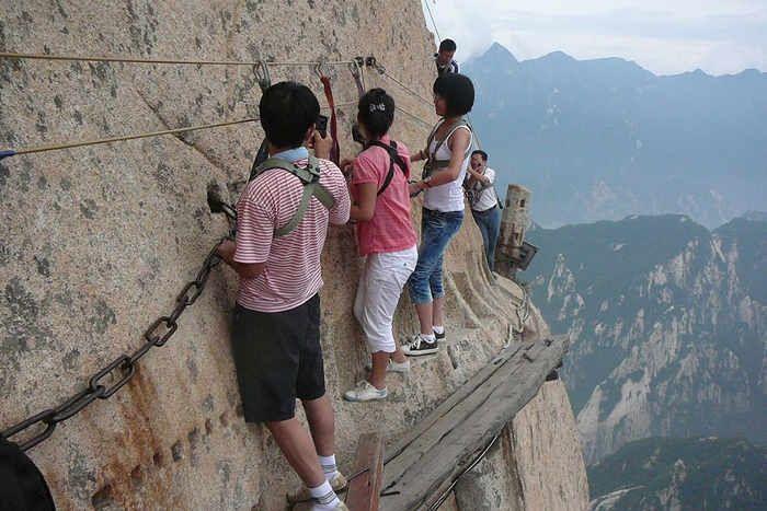 This Yellow Mountain Is The Most Dangerous Trek - ये है दुनिया का सबसे खतरनाक  रास्ता, जान पर खेलकर इससे गुजरते हैं लोग   Patrika News
