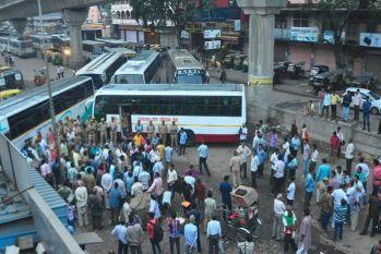 PIC: रोडवेजकर्मियों का आक्रोश, नहीं चलने दीं लोक परिवहन सेवा की बसें, मुसाफिर हुए परेशान