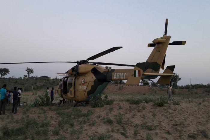 गांव में उतरा हेलीकॉप्टर, देखने उमड़े ग्रामीण