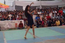IIT कानपुर में दिल्ली की लड़िकयों ने किया गज़ब का हॉट डांस