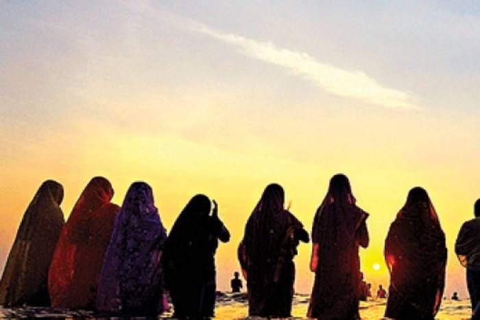 आस्था ने तोड़ी भेदभाव की दीवारें, यहां मुस्लिम महिलाएं भी कर रही हैं छठ पूजा