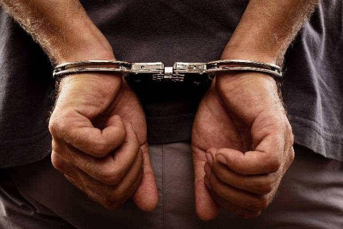Image result for फर्जी पुलिसकर्मी बनकर पहुंची लाइन