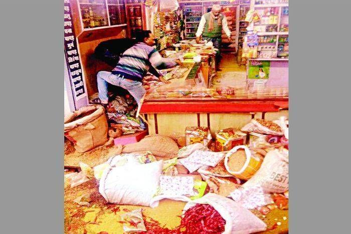 परचून की दुकान में देखी है कभी सांडों की लड़ाई, सीकर की इस दुकान में हुई तो हो गया ऐसा हाल