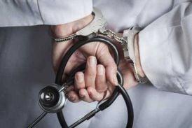 इस फर्जी डॉक्टर के खिलाफ कोई रिपोर्ट नहीं, खुले आम ठग रहा है मरीजों को, कैसे बच रहा है ये फर्जी डॉक्टर... पढ़े पूरी खबर...