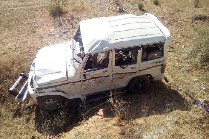 कार पलटी, पांच बच्चों सहित आठ घायल