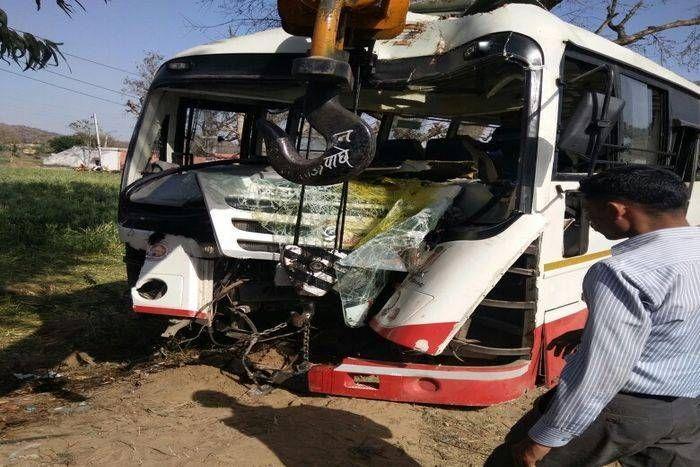 लोक परिवहन की बस पेड़ से टकराई, एक दर्जन यात्री घायल, लगा जाम