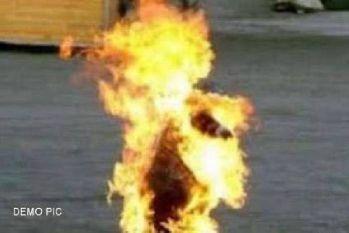 स्वयं पर पेट्रोल उंडेल कर आग लगाने के बाद   खुद ही जा बैठा एम्बुलेंस में