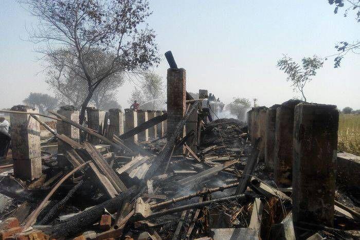 मकान में आग में ट्रेक्टर और कृषि उपयोगी सामान खाक