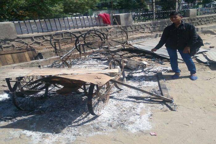 समाज कंटकों ने लगा दी दुकान में आग, जड़ी बूटी बेचने वाले का छप्पर भी जला