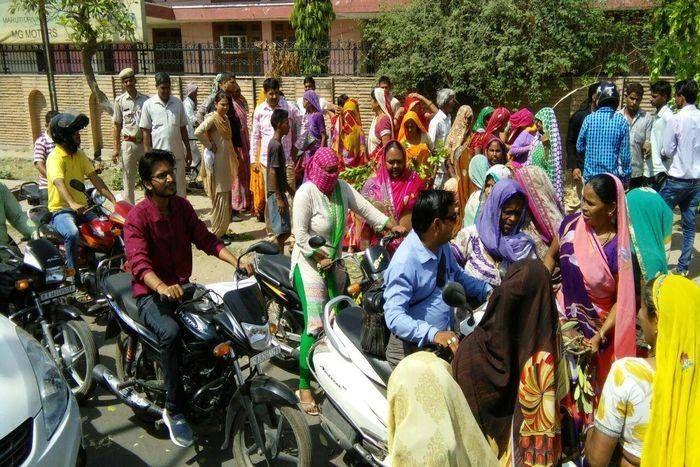 पानी नहीं मिलने के विरोध में महिलाएं सड़क पर लेट गई, लगाया जाम