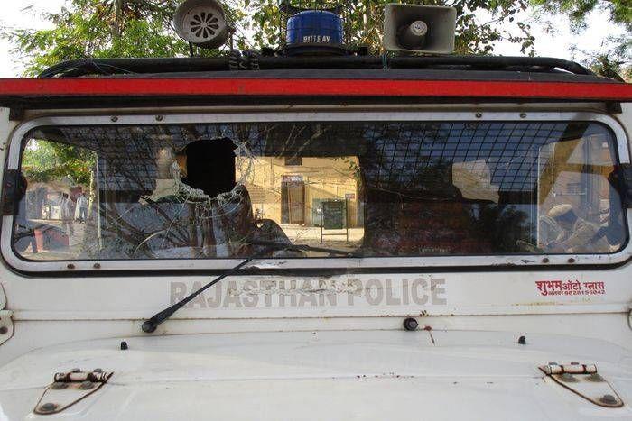 बहला-फुसलाकर भगाई गई महिला के मामले में पंचायत में बुलाकर पीटा, पुलिस वाहन पर पथराव
